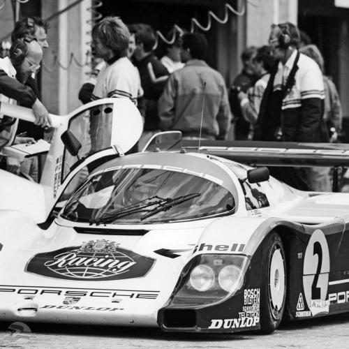 956 KH in der Box beim 1000 km-Rennen am Nürburgring 1984, an der Türe: Walter Näher, Fahrer: Derek Bell und Stefan Bellof, Gesamtsieger | © Porsche AG