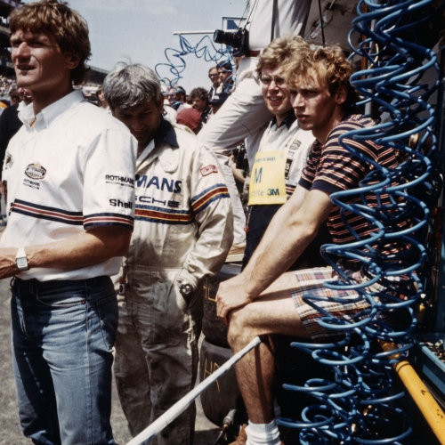 Le Mans 1983 mit Porsche 956, Personen v.l.n.r. Eberhard Braun, Roland Bemsel, Ed Peter (hinten mit Kamera), N.N., Stefan Bellof | © Porsche AG