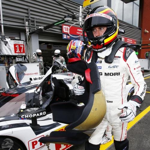 Timo Bernhard mit Stefan Bellof Helmdesign Spa 2015 | © Porsche AG