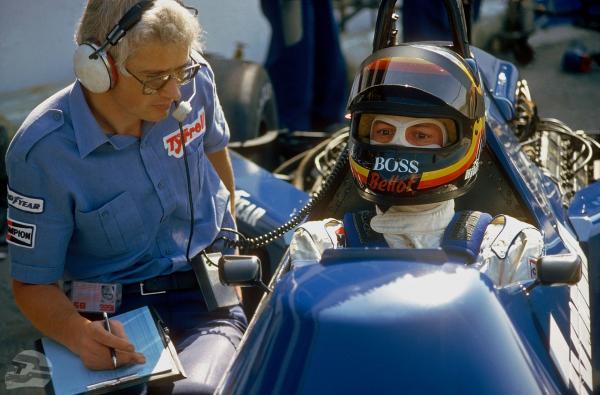 Stefan Bellof mit Ingenieur, Test Paul Ricard 1985 | © Ferdi Kräling Motorsport-Bild GmbH
