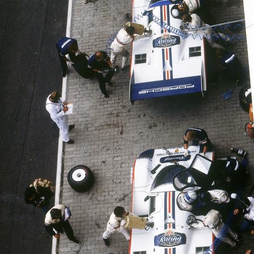 Rennen Nürburgring (1000 km) 1984, Porsche 956: vorne Stefan schnallt Bell an, hinten: Mass und Ickx beim Fahrerwechsel | © Porsche AG