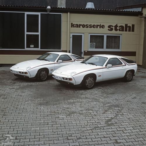 Besonders lackierte 928 S exklusiv für die Werksrennfahrer 1984/85, lackiert von Fa. Stahl, hier die Fahrzeuge für Stefan Bellof (hinten) und Jacky Ickx | © Porsche AG